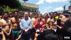 Decenas de jóvenes venezolaos participaron de la marcha el sábado, en calzoncillos en alusión al video divulgado del diputado opositor, Juan Requesens. [Foto: Adriana Núñez, VOA].