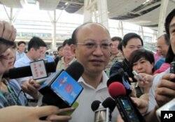 铁道部总工程师何华武接受记者联合采访