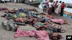 Jenazah warga sipil yang tewas akibat serangan oleh helikopter Saudi di kota Hodeida, Yaman (17/3).