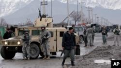 Ảnh tư liệu: binh sĩ Hoa Kỳ và binh sĩ Afghanistan cùng có mặt tại hiện trường một vụ nổ ở Kabul.