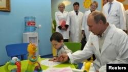 Presiden Rusia Vladimir Putin mengunjungi rumah sakit di Moscow (foto: dok).