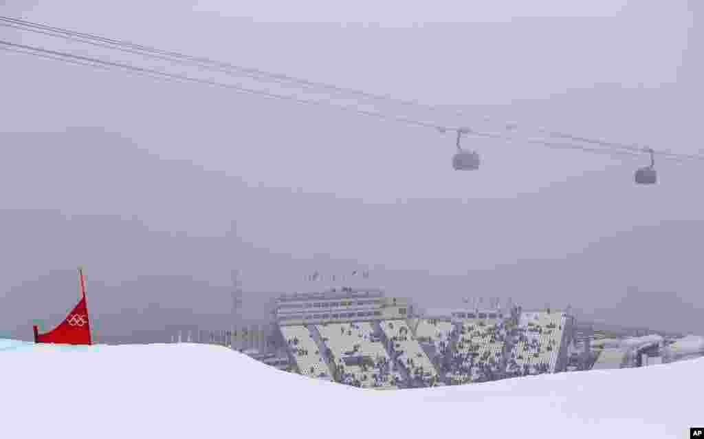 مسابقه اسنوبورد مردان هم به علت مه شدید لغو شد، اما مسابقات داخل سالن طبق برنامه انجام شد - سوچی، ۱۷ فوریه ۲۰۱۴