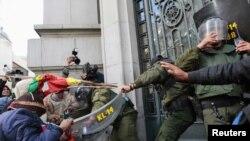 Indigenas del norte boliviano se enfrentan a la policía antimotines a la entrada de la oficina del vicepresidente del país. Otros índigenas de la región minera de Malku Khota han tomado rehenes extranjeros.