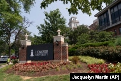 Papan nama elektronik menyambut orang-orang di kampus Universitas Howard di Washington. (Foto: AP/Jacquelyn Martin)