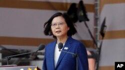 تسای اینگ-ون، رئیس جمهوری تایوان، در حال سخنرانی به مناسبت جشنهای روز ملی در برابر ساختمان ریاست جمهوری در تایپه، تایوان، یکشنبه ١٨ مهر ۱۴۰۰