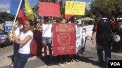 Manifestantes durante una protesta en Miami contra el cierre del consulado venezolano.
