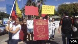 Los manifestantes sostienen que el cierre del consulado viola sus derechos.