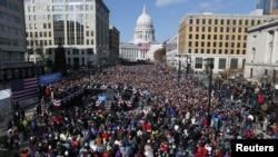 Rais Barack Obama akiwahutubia maelfu ya wafuasi wake mjini Madison Wisconsin