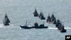 Đoàn tàu đánh cá của Trung Quốc gần đảo Yeonpyong của Hàn Quốc.