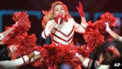 Мадонна во время выступления в Лос-Анджелесе. 10 октября 2012 г.