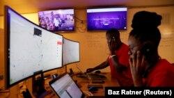 Des répartiteurs du service d'ambulances gratuites Rescue.co devant des écrans d'ordinateur à Nairobi, au Kenya, le 11 juin 2020.