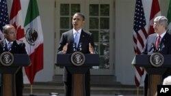 Presiden Obama (tengah) melakukan konferensi pers bersama PM Kanada Stephen Harper (kanan) dan Presiden Meksiko Felipe Calderon di Gedung Putih (2/4).