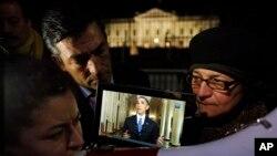 Rosa Lozano Prezident Obamanın çıxışını Ağ Evin qarşısına toplaşmış mühacirlər üçün ispan dilinə tərcümə edir