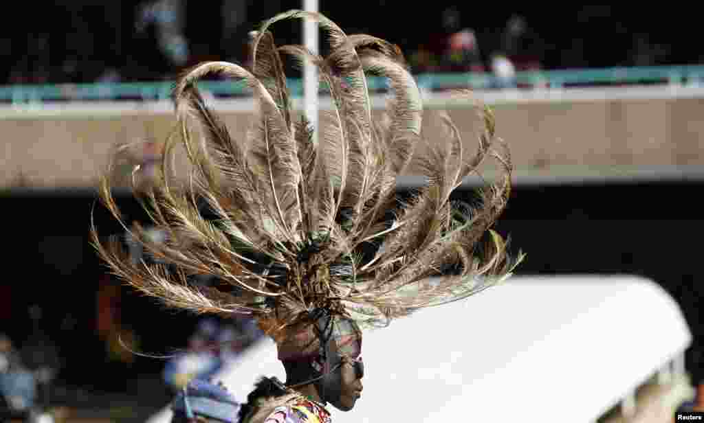A traditional dancer leaves after entertaining guests before the official swearing-in ceremony of Kenya's Uhuru Kenyatta, Nairobi, April 9, 2013.