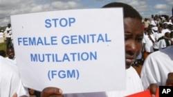 Jeunes filles Masai protestant contre les MGF au Kenya en 2013 (AP/David Dyar).