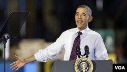 Obama habla sobre empleos en la industria manufactura en una planta en Cedar Rapids, Iowa.