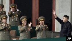 Kim Jong Un, pemimpin Korea Utara melambaikan tangannya di hadapan para anggota militer di stadion Pyongyang, Korea Utara (Foto: dok). Sebuah kelompok HAM membeberkan potensi dinas-dinas keamanan Korut sebagai penghalang utama reformasi negara itu.
