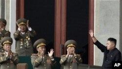 Kim Jong-Un melambaikan tangannya di hadapan para anggota militer di stadion Pyongyang, Korea Utara (14/4).