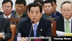 한민구 한국 국방부 장관이 30일 국회에서 열린 국방위원회 전체회의에서 의원들의 질의에 답변하고 있다.