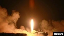 朝鲜官媒在金正恩2014年7月10日视察朝鲜人民军时发布的不具时间的火箭发射照片 (资料照片)