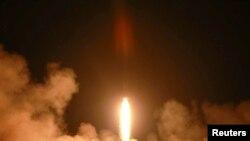 朝中社未標注日期的新聞照片顯示,北韓人民軍戰略部隊在前線西部地區進行戰術火箭發射演習