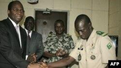 Izaslanik ECOWAS-a Đibirl Basole (levo) i lider pučista kapetan Amadu Sanago posle potpisivanja sporazuma