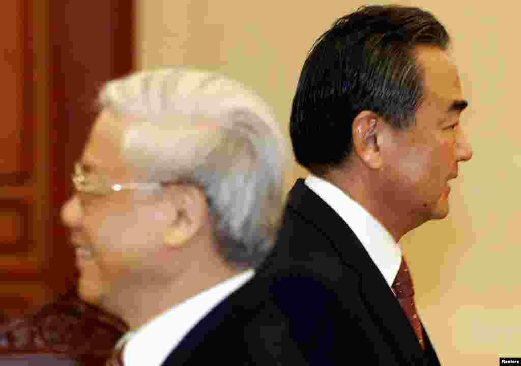 """Generalni sekretar vijetnamske Kuminističke partije Nguyen Phu Trong i kineski ministar vanjskih poslova Wang Yi u """"mimohodu"""" nakon dolaska kineskog ministra u Hanoj."""