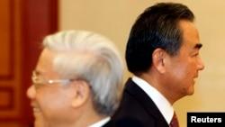 2013年8月5日中国外交部部长王毅(右)和越南共产党总书记阮富仲在河内擦肩而过