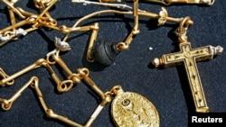 Rantai emas sepanjang 40-inchi yang berusia satu abad dan liontin keagamaan ditemukan oleh penyelam Bill Burt, dari Mel Fisher's Treasures tanggal 23 Maret 2011saat mengksplorasi perahu layar Spanyol Nuestra Senora de Atocha yang tenggelam pada abad ke-17 di lepas Florida Keys tahun 1662 (foto: REUTERS/Sharon Wiley/Florida Keys News Bureau)