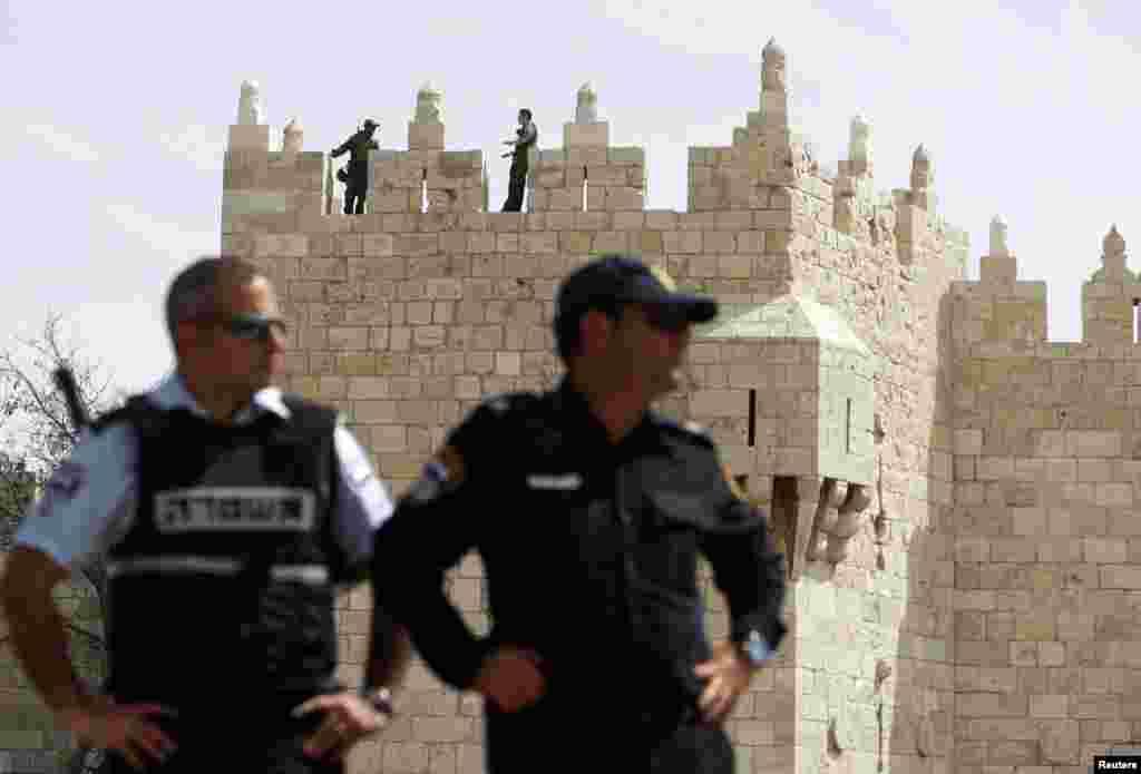 Cảnh sát Israel đứng gác tại Cửa Damascus thuộc Cổ thành Jerusalem.