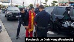 Trang phục ông Lê Đình Hùng mặc khi đến khu Little Saigon, bang California, Mỹ. (Ảnh từ facebook Le Dinh Hung)
