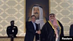 Leon Panetta saluda al ministro de Defensa de Kuwait, Sheik Ahmad Al-Khaled Al Sabah.