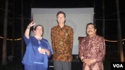Dubes AS untuk Indonesia Robert O. Blake (tengah) bersama Gubernur Jawa Timur Soekarwo (kanan) dan Konsul Jenderal AS di Surabaya, Heather Variava, pada perayaan HUT ke-150 Konsulat Jenderal AS di Surabaya dan perayaan 240 tahun Kemerdekaan AS, 27 Mei 2016 (Foto: VOA/ Petrus)