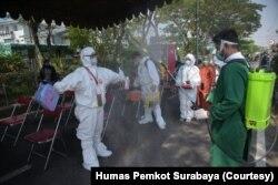 Sterilisasi petugas medis sebelum dan setelah melakukan tugas uji usap para pelintas di Jembatan Suramadu. (Foto: Humas Pemkot Surabaya).