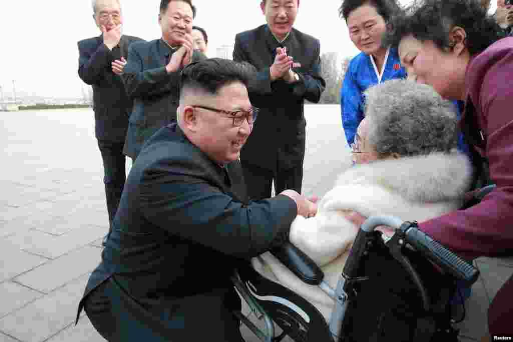 김정은 북한 국무위원장이 '여자 빨치산 혈통'의 대표 격인 황순희 조선혁명박물관 관장을 예우하는 모습이 공개돼 눈길을 끈다.
