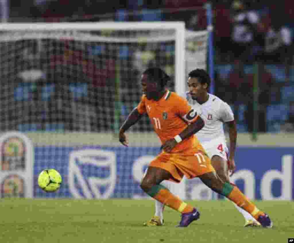 Didier Drogba (L) of Ivory Coast fights for the ball with Rui Fernando Da Gracia Gomes of Equatorial Guinea during their quarter-final match at the African Nations Cup soccer tournament in Malabo February 4, 2012.
