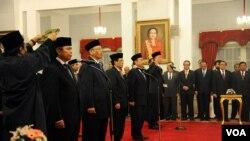 Presiden SBY melantik delapan Duta Besar Luar Biasa dan Berkuasa Penuh Republik Indonesia, diantaranya Budi Bowoleksono sebagai Dubes RI untuk Amerika Serikat, di Istana Negara, Jakarta, 14 Februari 2014 (VOA/Andylala)