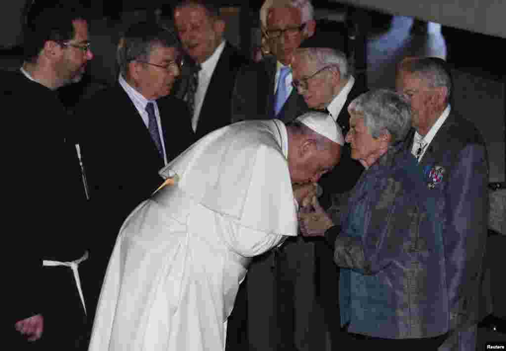 O Papa Francisco beija a mão da sobrevivente do Holocausto, Sonia Tunik-Geron, durante a cerimónia na sala da Memória, do monumento do Holocausto Yad Vashem, Jerusalém, Maio 26, 2014.