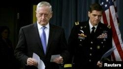 ژنرال جوزف ووتل از مرکز فرماندهی آمریکا موسوم به سنتکام، در کنار جیم متیس وزیر دفاع آمریکا.