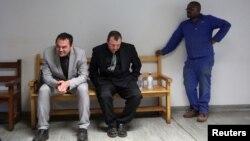 Les accusés Willem Oosthuizen et Theo Martins attendant dans les couloirs de la cour de Justice de Delmas, en Afrique du Sud, le 31 juillet 2017.