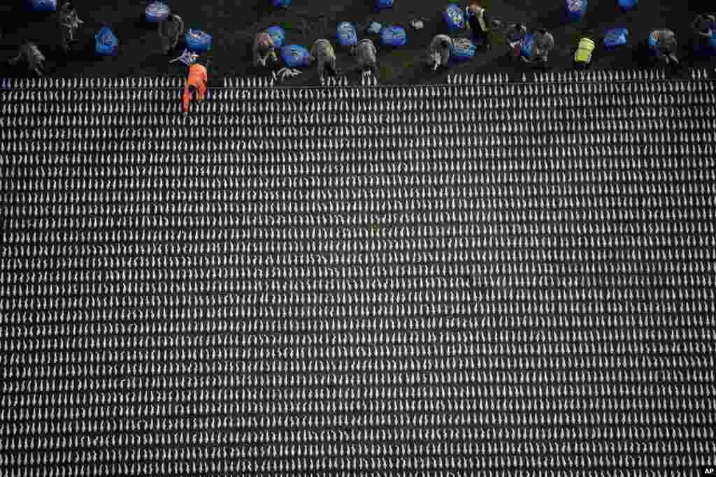 72,396 shrouded figures made by British artist Rob Heard, are laid out for his piece of commemorative art 'Shrouds of the Somme' to mark the upcoming centenary of the end of World War I, in the Queen Elizabeth Olympic Park, London.