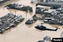 폭우에 침수된 일본 오카야마현 구라시키 마비정 위로 헬리콥터가 날고 있다.