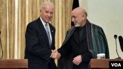 El vicepresidente Joe Biden se reunió en Afganistán con el presidente afgano, Hamid Karzai, con quien se estrecha la mano antes de la conferencia de prensa.