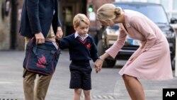 Hoàng tử George đứng giữa bố William và cô hiệu trưởng Helen Haslem