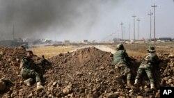 이라크 쿠르드 민병대원들이 17일 ISIL 거점지역인 모술 인근 30km 지점에서 진격을 앞두고 매복하고 있다.