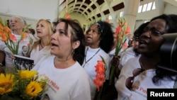 Las Damas de Blanco, un grupo de disidencia cubano reprimido fuertemente por el gobierno, marchan semanalmente en La Habana para pedir la liberación de los presos políticos y exigir libertades para el pueblo cubano.