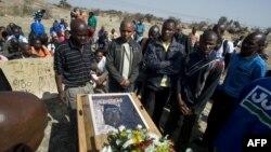 Para penambang menghadiri upacara pemakaman seorang di antara 34 penambang Afsel yang tewas akibat penembakan oleh polisi (16/8).