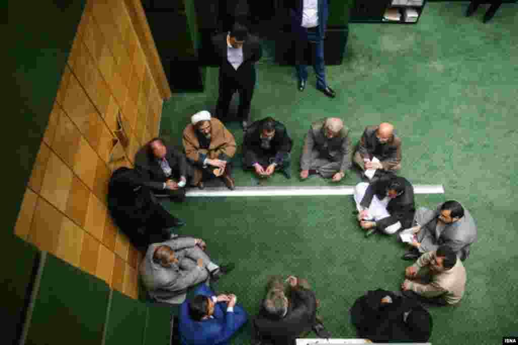 تعدادی از نمایندگان مجلس در حاشیه جلسه علنی، در گوشه ای دوره نشسته اند. عکس: برنا قاسمی
