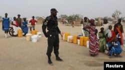Un policier camerounais patrouille dans le camp de réfugiés nigérians de Minawao, Cameroun, le 15 mars 2016.
