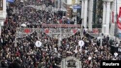 Protesta në Stamboll kundër arrestimit të një gazetari